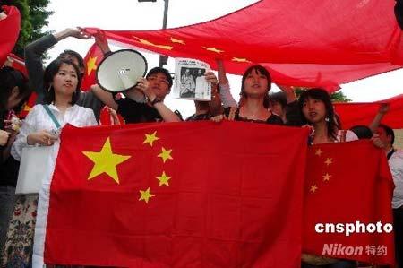 2008年5月8日下午,正在日本访问的中国国家主席胡锦涛赴早稻田大学进行演讲,中国留学生自发组织欢迎胡锦涛主席。 中新社发侯宇摄