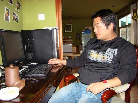 搜狐奥运媒体联盟珠峰火炬传递报道组羊城晚报特派记者林本剑在电脑前工作
