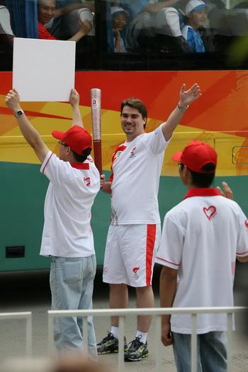 """""""圣火,我来了""""——来自大众汽车集团(中国)奥林匹克市场部的德国人Philipp Darjes(戴云飞)代表大众汽车参加在广州市的传递活动"""