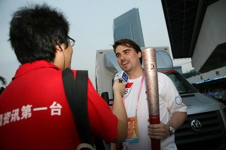 """""""我要为奥运歌唱"""",在美国读大学是Philipp Darjes(戴云飞)学的就是音乐,在成为火炬手的第一时刻,他为北京奥运会亲自创作了一首歌曲。现在,他终于可以为奥运歌唱了。"""