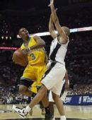 图文:[NBA]马刺胜黄蜂 保罗艰难前行