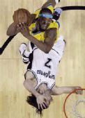 图文:[NBA]马刺胜黄蜂 奥博托被侵犯