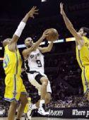 图文:[NBA]马刺胜黄蜂 帕克低手上篮