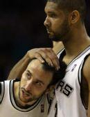 图文:[NBA]马刺胜黄蜂 邓肯吉诺比利庆祝进球
