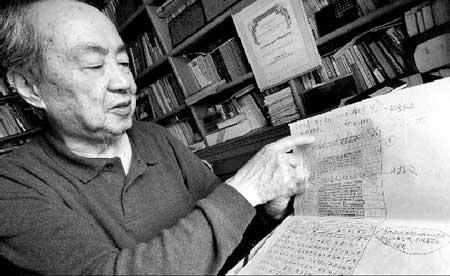 时任中央党校理论组组长的孙长江在展示当初文章发表前的最后版手稿的复制版本摄/本报记者付丁