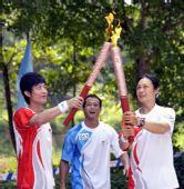 图文:奥运圣火惠州传递 张金梅与林跃交接