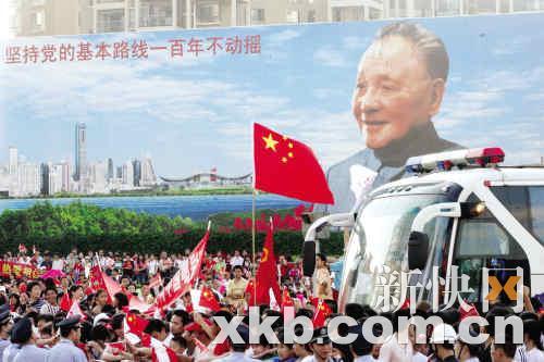 汹涌的人潮提前三个小时就将邓小平画像广场变为国旗的海洋和快乐的舞台。李小萌/摄