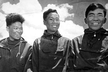 1995年时屈银华、王富洲和贡布再上珠峰(从左至右)