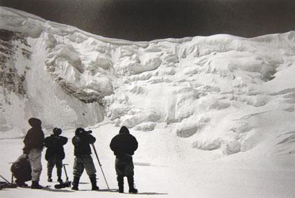 1960年,中国登山队攀登珠峰时进行勘察