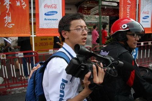 官网摄像记者陈吉宁坐在摩托车上狂奔(何潇益摄)