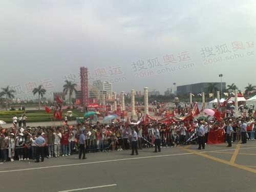 庆典现场等待的人群