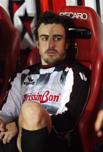 图文:F1车手参加足球慈善赛 阿隆索在场边