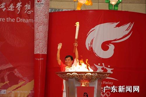 图为吕钦点燃了圣火盆。 作者:宋秀杰 杨草原
