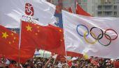 图文:奥运圣火在惠州传递 国旗会旗交相呼应