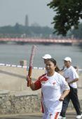 图文:奥运圣火在惠州传递 火炬手颜静宜传递