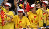 图文:奥运圣火在惠州传递 观众卖力加油