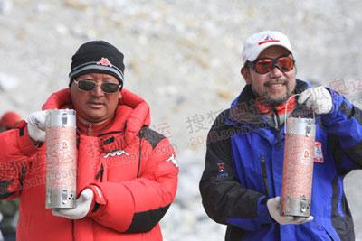 中国国家队登山队队长王勇峰手捧火种灯
