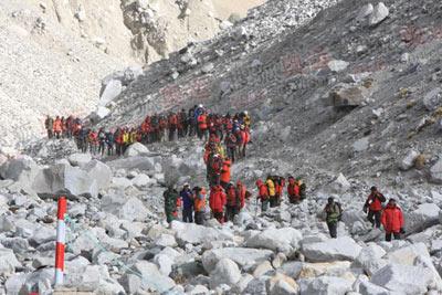 登山队全部到达山口