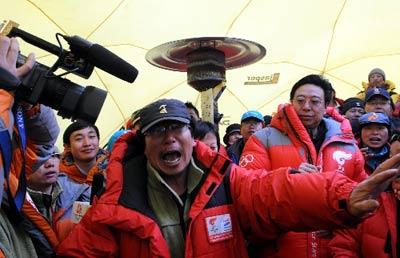 北京奥运火炬接力珠峰传递登山队总指挥李致新(前)等在珠峰大本营指挥中心庆祝奥运火炬成功登顶珠峰