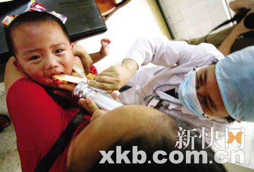 昨天,番禺大石人民医院,一小孩在接受口腔检查。王翔/摄