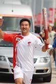 组图:奥运圣火在惠州传递 第104棒火炬传递者