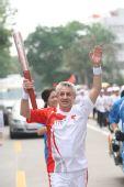 组图:奥运圣火在惠州传递 第170棒火炬传递者