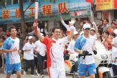 组图:奥运圣火在惠州传递 第171棒火炬传递者