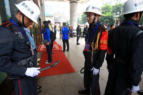 安保人员的金属探测器