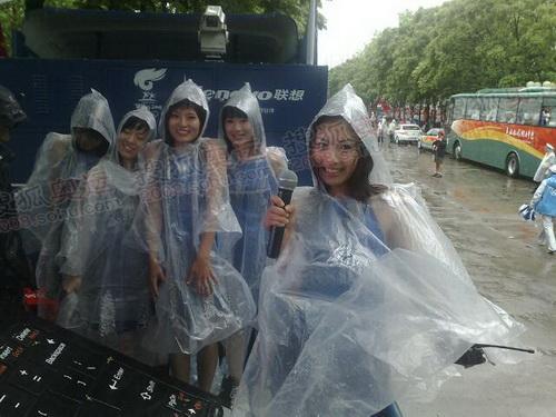 市民冒雨迎接圣火
