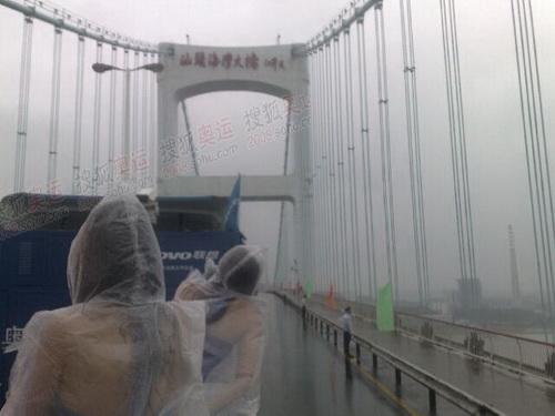 花车宝贝雨中经过汕头大桥