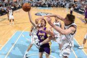 图文:[NBA]湖人VS爵士 加索尔遭侵犯