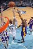 图文:[NBA]湖人VS爵士 布泽尔内线单打