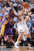 图文:[NBA]湖人VS爵士 布泽尔打图里亚夫