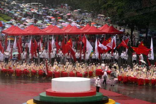 演员们在雨中等候演出