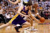 图文:[NBA]湖人VS爵士 加索尔倒地争抢