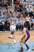图文:[NBA]湖人VS爵士 布泽尔上篮
