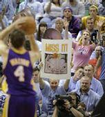 图文:[NBA]湖人VS爵士 爵士球迷使坏
