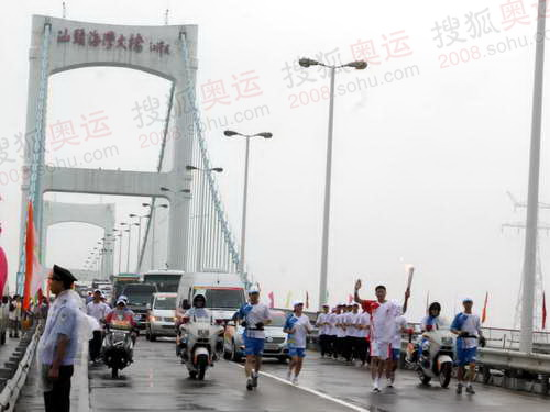 北京奥运圣火经过汕头海湾大桥