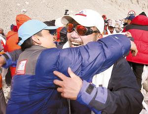 昨天,珠峰登山队队长王勇峰(右)和他的队友们携带奥运火种灯安全回到珠峰大本营。 新华社记者 刘宇 摄