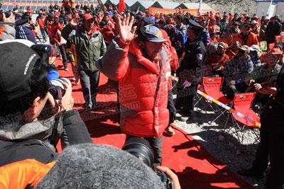 图:勇士归来 中国登山队队长王勇峰率队入场