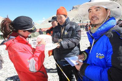 图:登山勇士归来 国内顶级媒体记者也找她签名