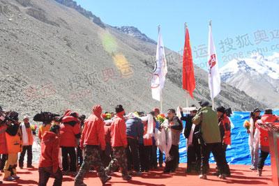 图:登山勇士载誉归来 领导们给英雄们献上哈达