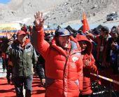 图:大本营举行庆祝仪式 王勇峰向欢迎人群招手