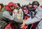 图:大本营庆祝仪式 向巴平措与尼玛次仁握手