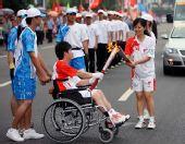 图文:奥运圣火汕头传递 张少芬与肖少钟交接