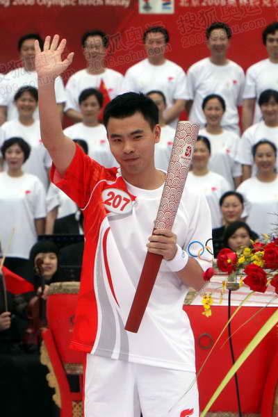 图文:汕头站庆典仪式现场 孙淑伟向观众致意