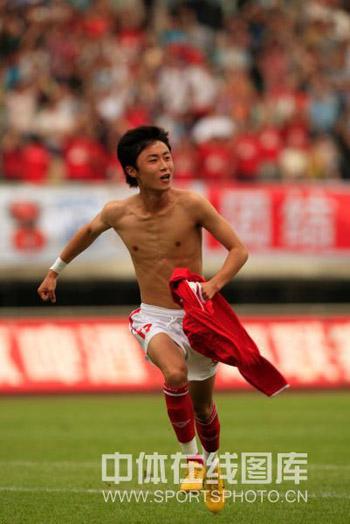图文:[中超]成都1-1青岛 杨泽志脱衣庆祝