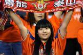 图文:[中超]山东VS上海 美女球迷