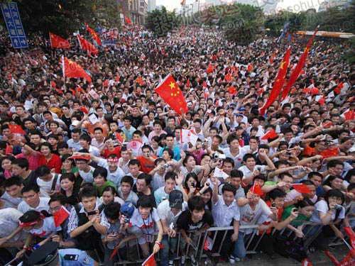 广州市民在传递沿途为火炬呐喊助威 摄影/奥运官网记者 董家彤
