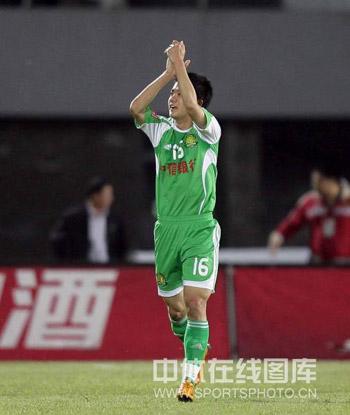图文:[中超]北京2-0辽宁 黄博文享受掌声